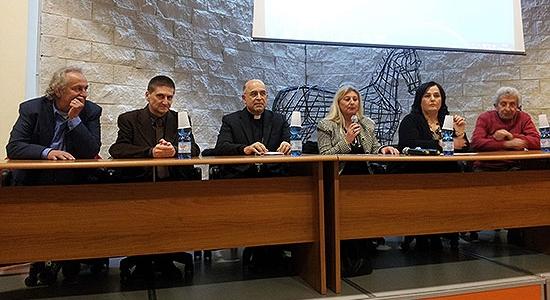"""Il Vescovo ha presentato agli studenti delle Scuole Superiori di Popoli l'enciclica """"Laudato si'""""."""